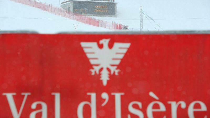 A giant screen announces in the finish area that the Alpine Skiing World Cup Super-G Women's race had to be cancelled due to bad weather conditions in Val d'Isere, France, Friday, December 17, 2010. (KEYSTONE/Jean-Christophe Bott)