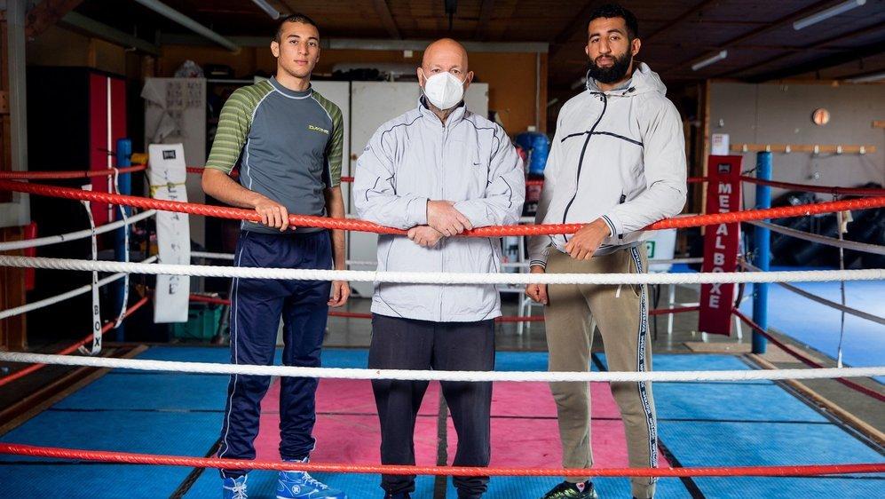 Deux générations de Messibah sur le ring: Adam (g.) et Abdallah encadrent Jamel, leur père et entraîneur.