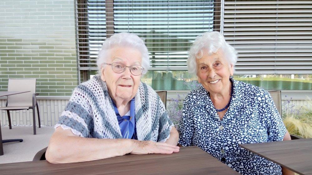 Yvette Schacher, résidente à l'EMS le Chêne à Gland, et son amie Nancy Albert qui vient lui rendre visite aussi souvent que possible.
