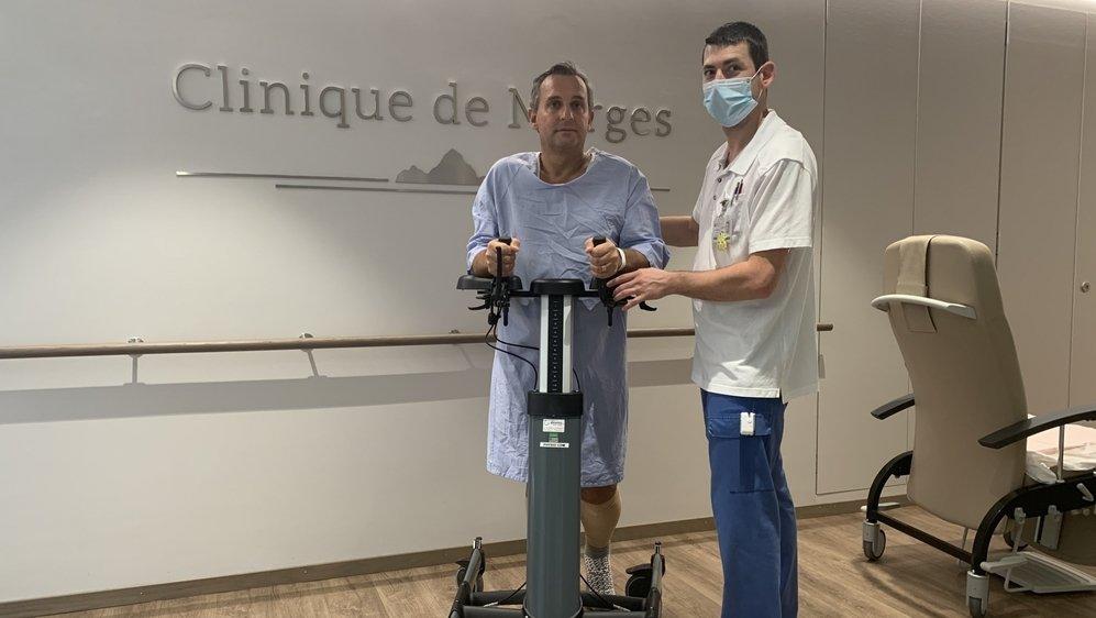 Eric Janicaud en pleine séance de rééducation avec le physiothérapeute, Arnaud Pironnet.