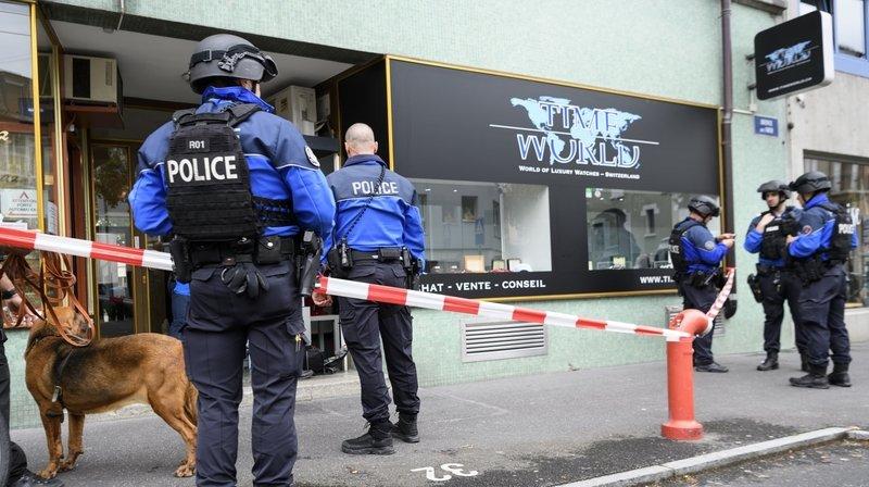 Des policiers lausannois photographies devant la bijouterie Time World, World of Luxury Watches - Switzerland.