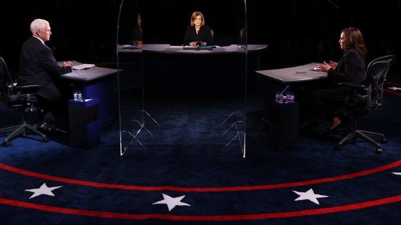 Les candidats à la vice-présidence Kamala Harris (à droite, démocrate) et Mike Pence (vice-président actuel, candidat républicain, à gauche) ont échangé durant un débat resté courtois.