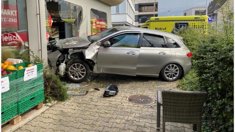 Bâle-Campagne: une voiture défonce la vitrine d'un magasin