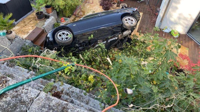 Bâle-Campagne: une voiture inoccupée termine sa course folle dans un jardin