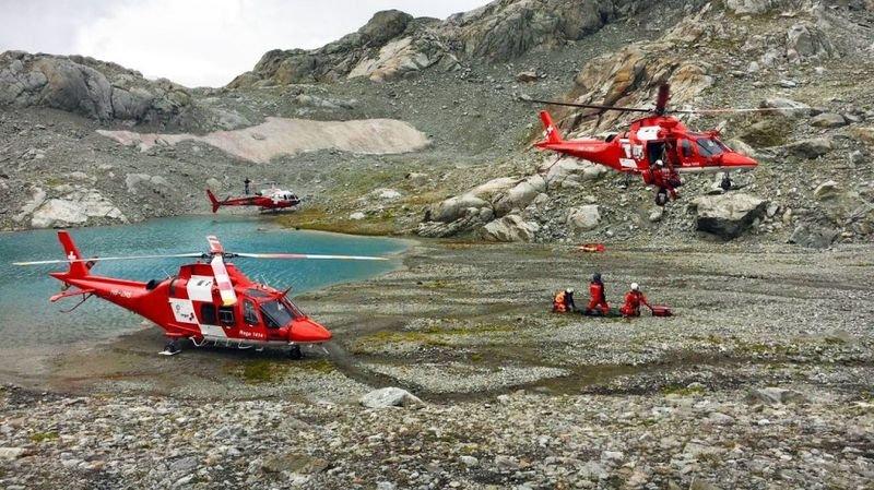 Au total, trois hélicoptères de sauvetage, un hélicoptère de transport et cinq sauveteurs en montagne ont été déployés pour secourir les trois blessés graves.