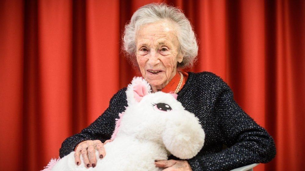 Odette Dorthe a reçu une licorne de la part du personnel de l'EMS. Un cadeau qui ne pouvait pas tomber plus juste!