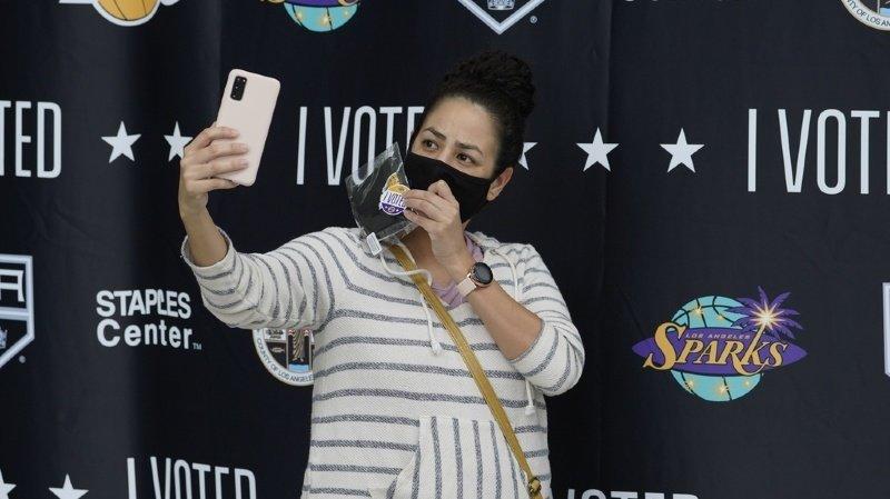 Un selfie après le vote dans l'iconique Staples Center de Los Angeles, antre des stars du basket des Los Angeles Lakers, transformé en centre de vote.