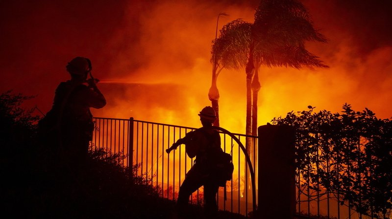 Californie: violents feux debroussailles, 60'000 personnes évacuées
