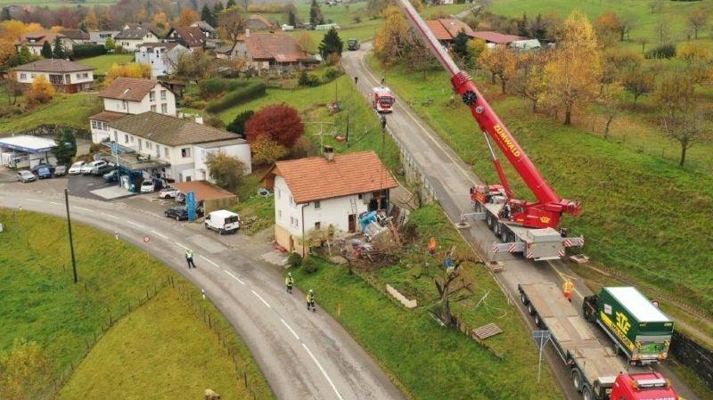 Fribourg: un camion-citerne se renverse et fait un mort