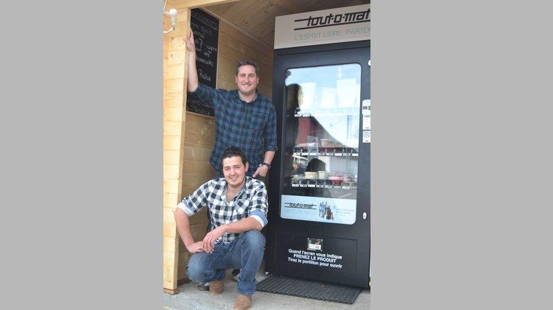 Grégory Domenig (chemise bleue) et Arnaud Berseth (chemise blanche) ont réalisé le projet de distributeur automatique de produits locaux.