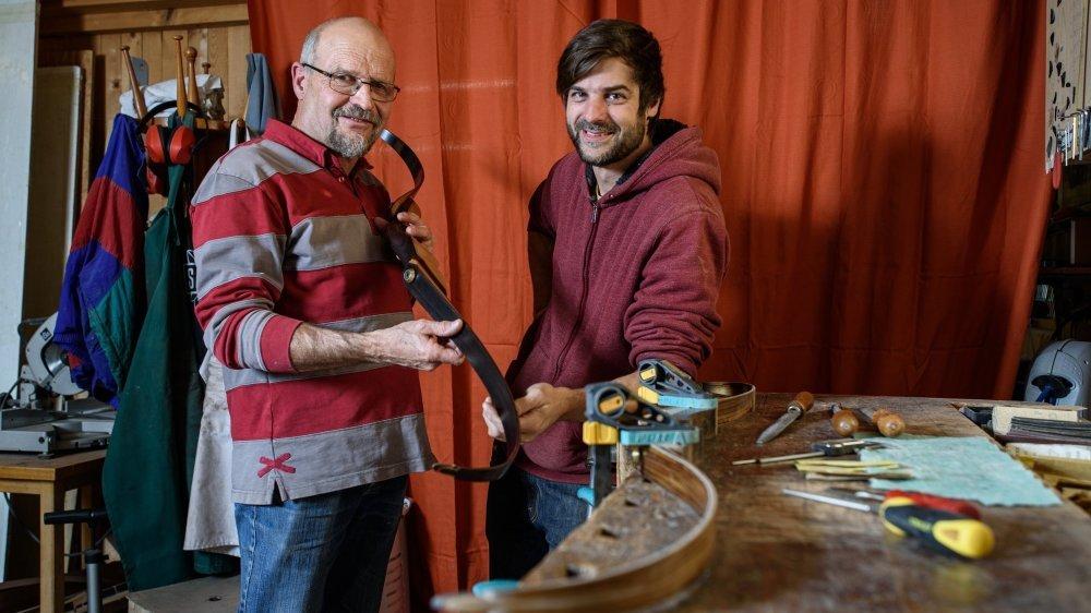 Denis Droz (à g.) remet son entreprise de fabrication d'arcs en bois à Sébastien Meylan.