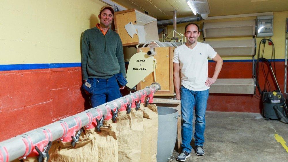 Francis Jaggi (à g.) et Raphaël Schüpbach devant le moulin dans lequel les céréales de la ferme Jaggi deviennent farine.