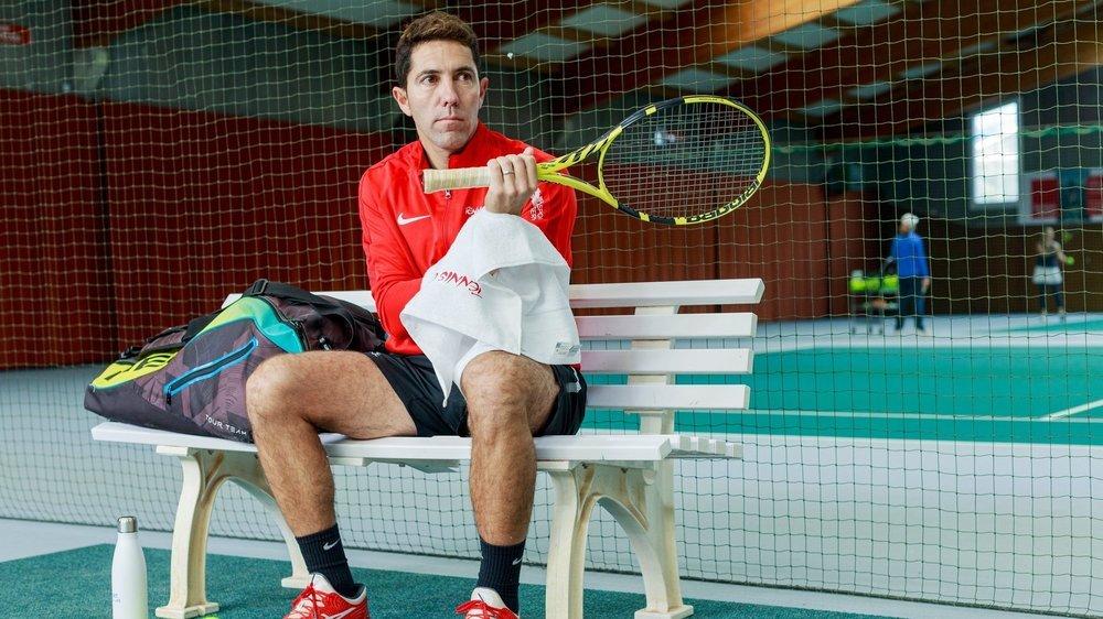 """Israel Perez, responsable de l'école du Tennis Club de Nyon, pose toujours son sac à sa droite """"pour se repérer sur le terrain""""."""