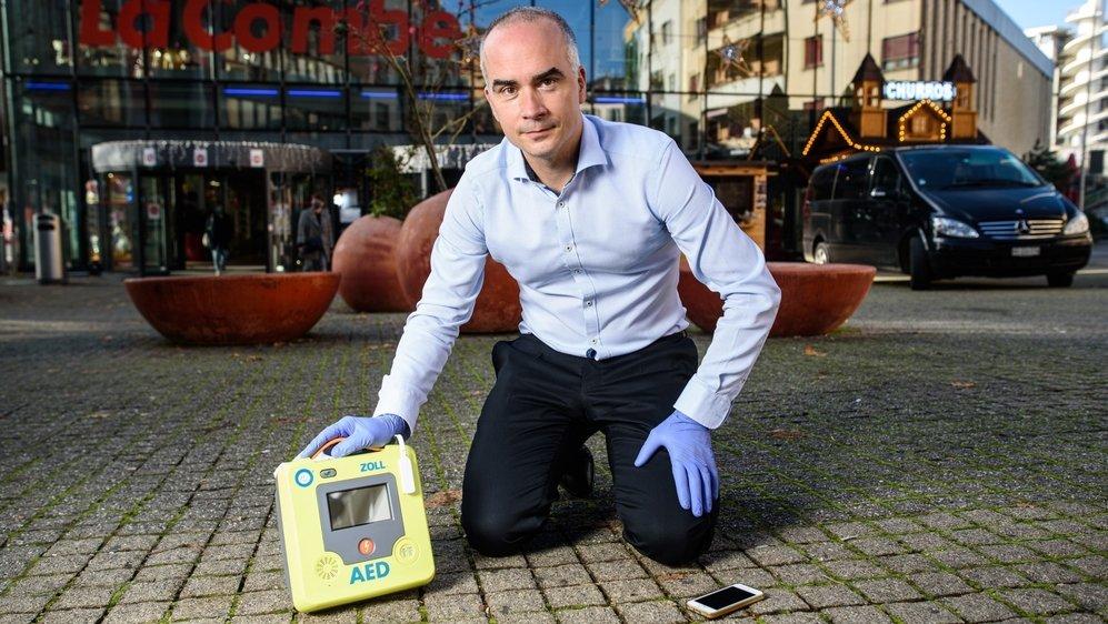 Denis Braun, l'un des First Responders (ici avec un défibrillateur), est bénévole dans le domaine des premiers secours depuis près de trois décennies.