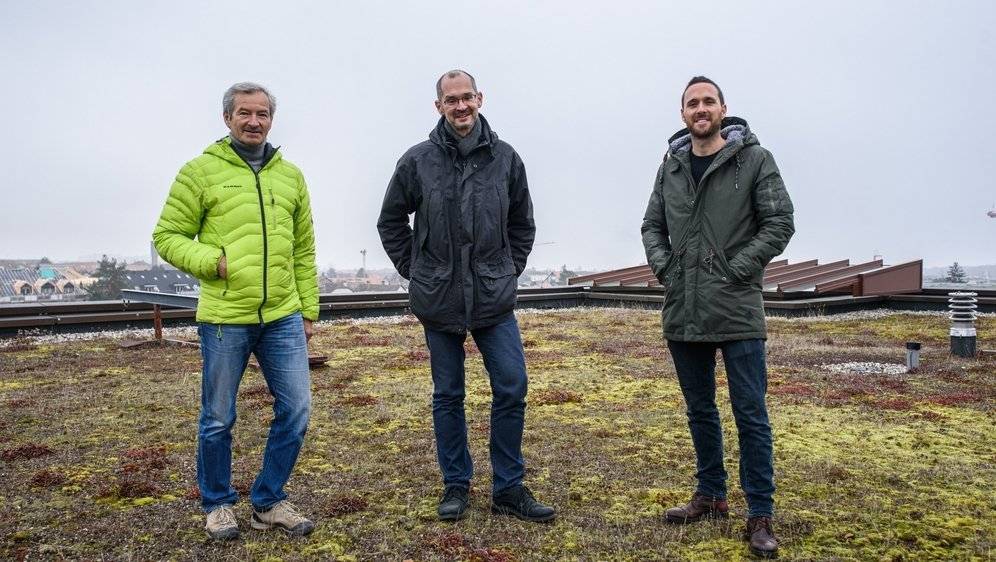 Patrick Uebelhart (vice-président de la coopérative), Christophe Widmer (secrétaire générale de la coopérative), Jonathan Blockley (président de la coopérative) sur le toit du collège des Tuillières.