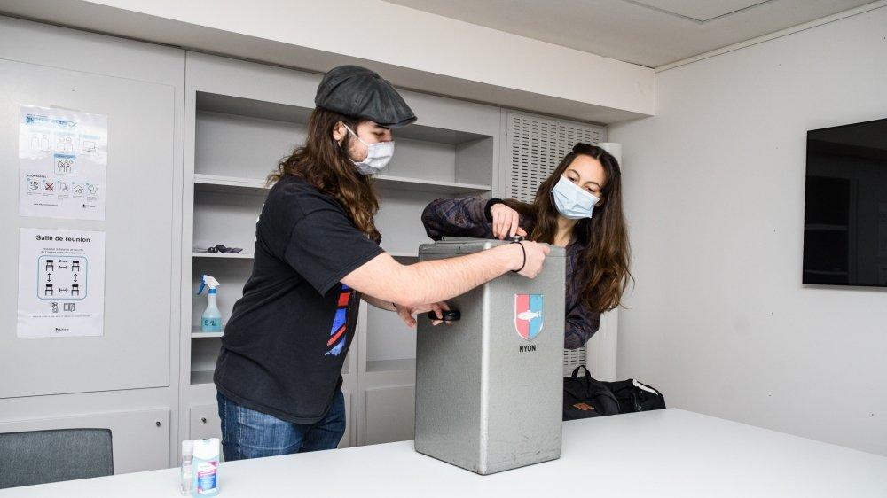 Luca Desogus et Giulia Alledi prêts à ouvrir l'urne recueillant les précieux bulletins .