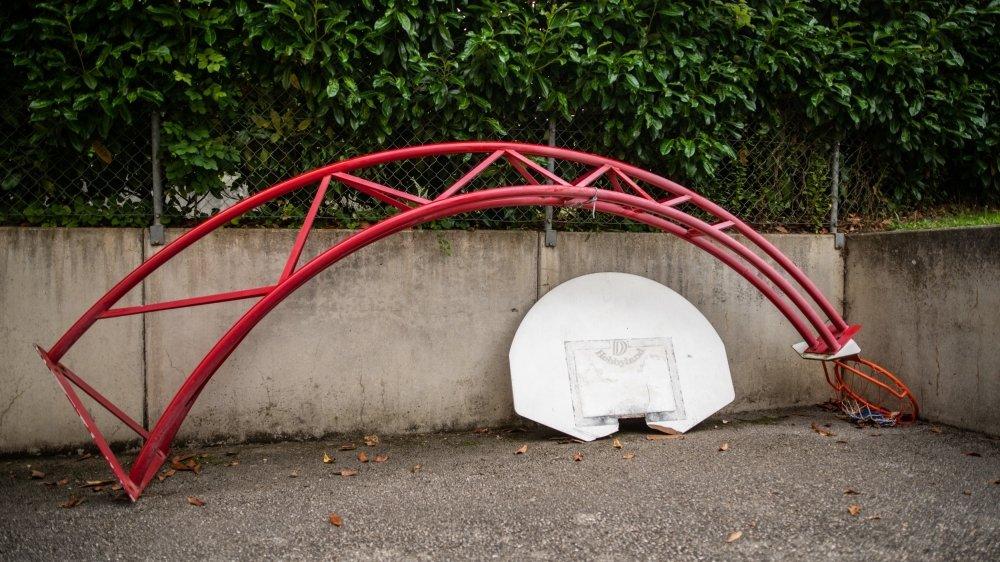 En été 2019, des riverains excédés avaient démonté, sans droit, le panier de basket.