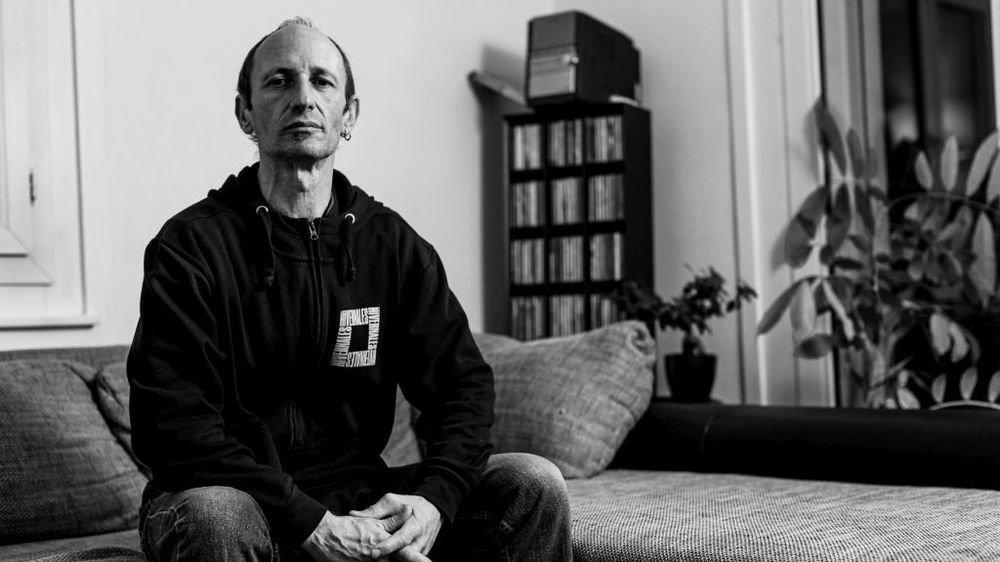 Jay Reuter dans son appartement de La Paix, à Nyon, où il participe aussi au groupe d'animation du quartier.