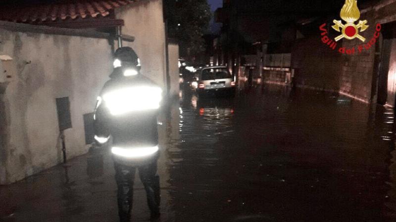 De forts vents et pluies s'abattent sur la région depuis vendredi, entraînant des coupures d'électricité et des lignes de téléphone.