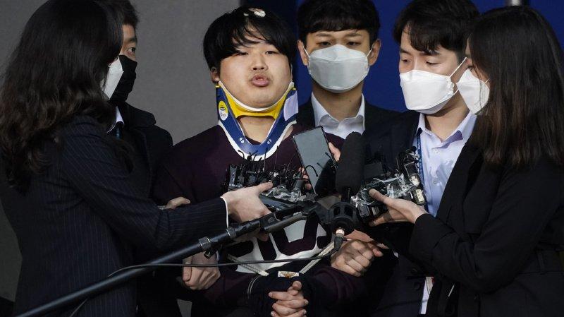 Cho Ju-bin (ici au centre, le 25 mars 2020), a été condamné à 40 ans de prison.