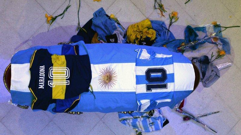 Le corbillard transportant le cercueil recouvert du drapeau argentin avait quitté le palais présidentiel en fin de journée.