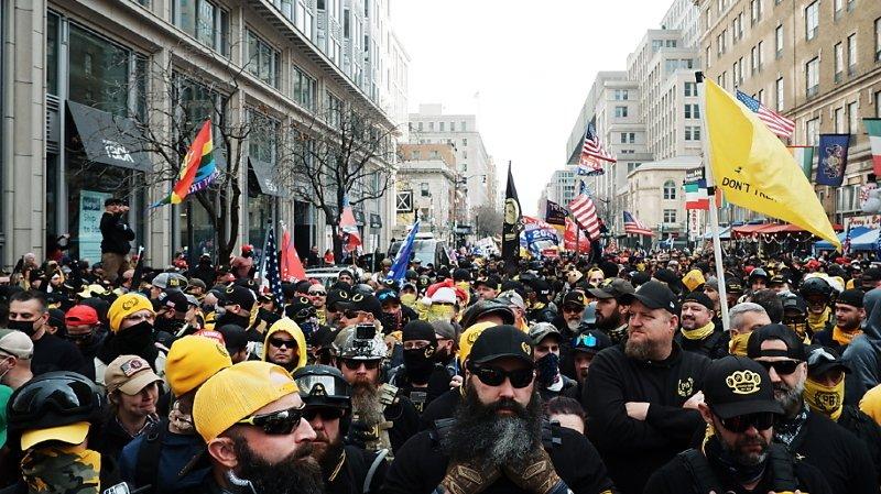 """Parmi les différents cortèges, la milice d'extrême droite """"Proud Boys"""", reconnaissable aux tenues jaunes et noires et gilets pare-balles de ses membres, a régulièrement été acclamée par la foule."""