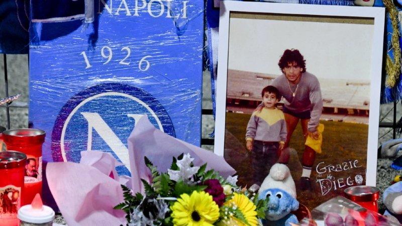 Alors que les dernières heures de Maradona interrogent, les hommages se multiplient comme ici à Naples.
