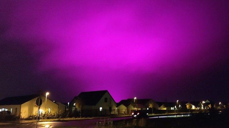 Depuis quelques semaines, le ciel de Trelleborg vire au violet la nuit tombée.