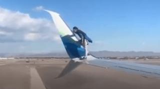Etats-Unis: il grimpe sur l'aile d'un avion avant le décollage