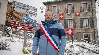 France: un maire proteste contre la fermeture des stations avec des drapeaux suisses