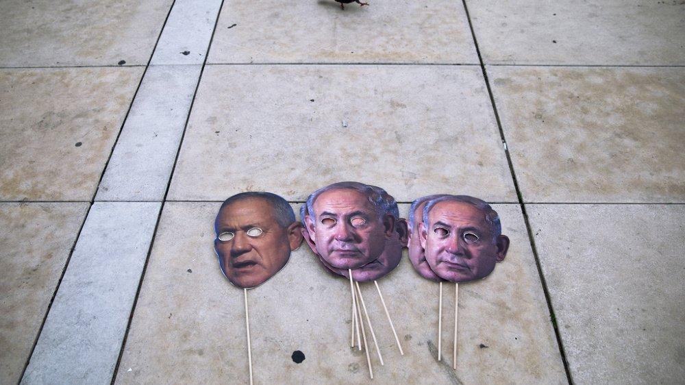 Pour bien des Israéliens, la valse-hésitation entre Benny Gantz (à gauche) et Benyamin Netanyahou ressemble à une mascarade.