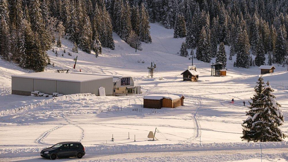 Les remontées mécaniques de La Dôle restent à l'arrêt, faute de neige, soufflée au sommet et bien fondue depuis cette photo prise le 6 décembre 2020.