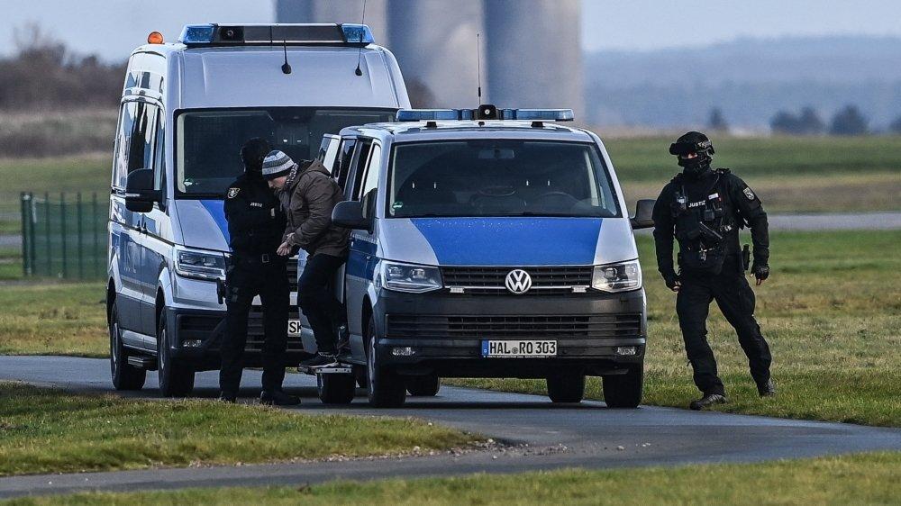 Après le verdict, la police a ramené le tueur antisémite en prison sous bonne garde...