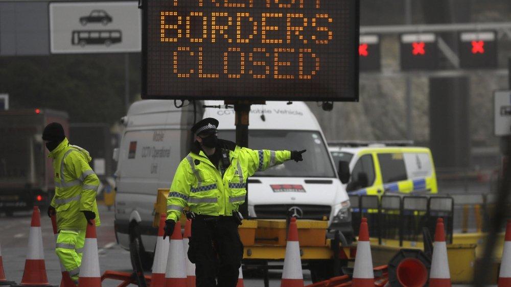 La porte se referme sur la Grande-Bretagne alors qu'une souche plus virulente du coronavirus se développe dans le sud du pays.