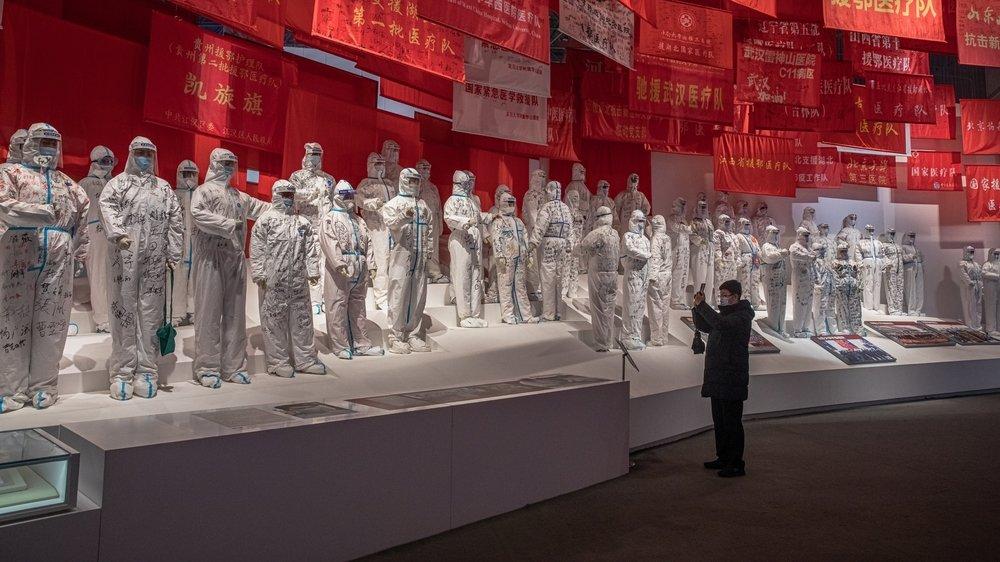 A Wuhan, épicentre du Covid-19, le gouvernement chinois a transformé un hôpital de campagne en exposition sur la pandémie.