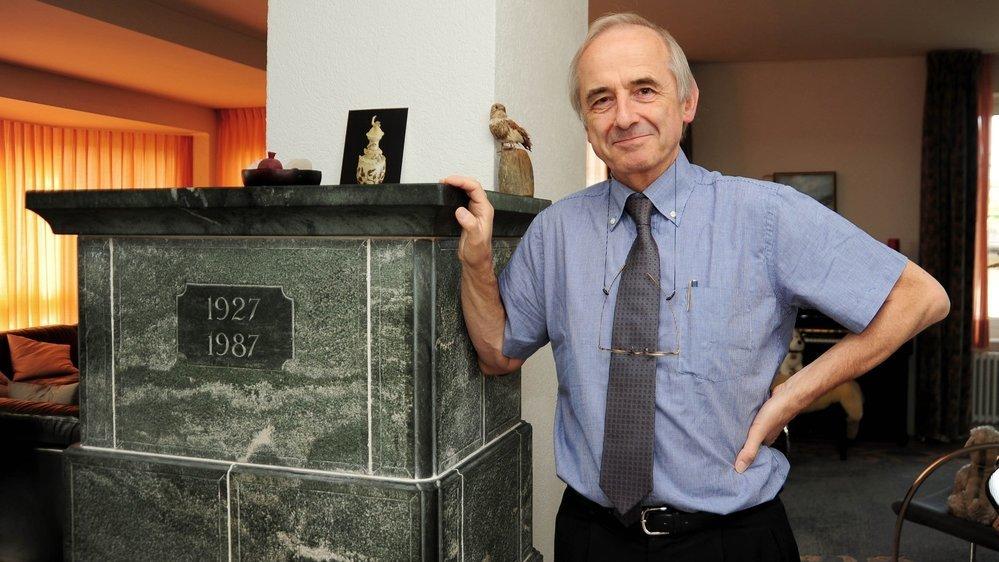 Pierre Marc Burnand, chez lui en 2011, à côté du poêle en pierre ollaire provenant du Valais qu'il affectionnait tant.