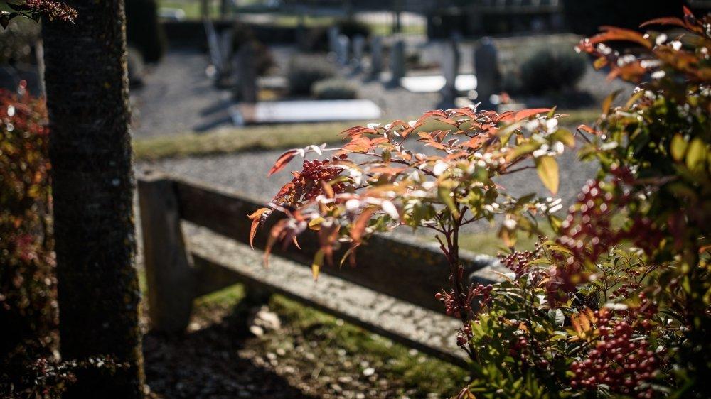 Dire adieu à ses proches de loin est difficile à vivre pour de nombreuses personnes, privées alors d'une part essentielle du processus de deuil.