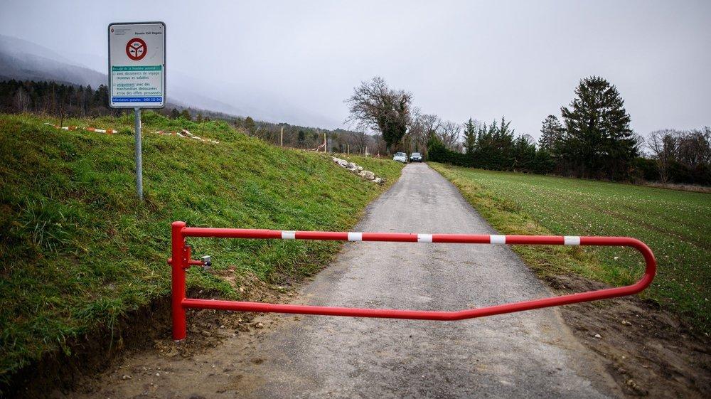 A La Rippe, la Vy de l'Etraz (photo) et le chemin de Recrédoz ne sont plus franchissables en voiture. Seuls les agriculteurs et les gardes-frontière en ont la clé.