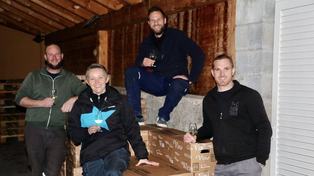 """Les quatre jeunes vignerons chargés de la logistique des """"cartons découverte"""". De gauche à droite: Cédric Gobalet, Fanny Métroz, Raphaël Sordet et Christophe Métroz."""