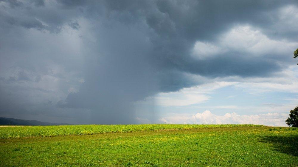 Une grande attention est portée aux nuages pour savoir s'ils apportent de la pluie et des orages, comme ici cet été à Gland.