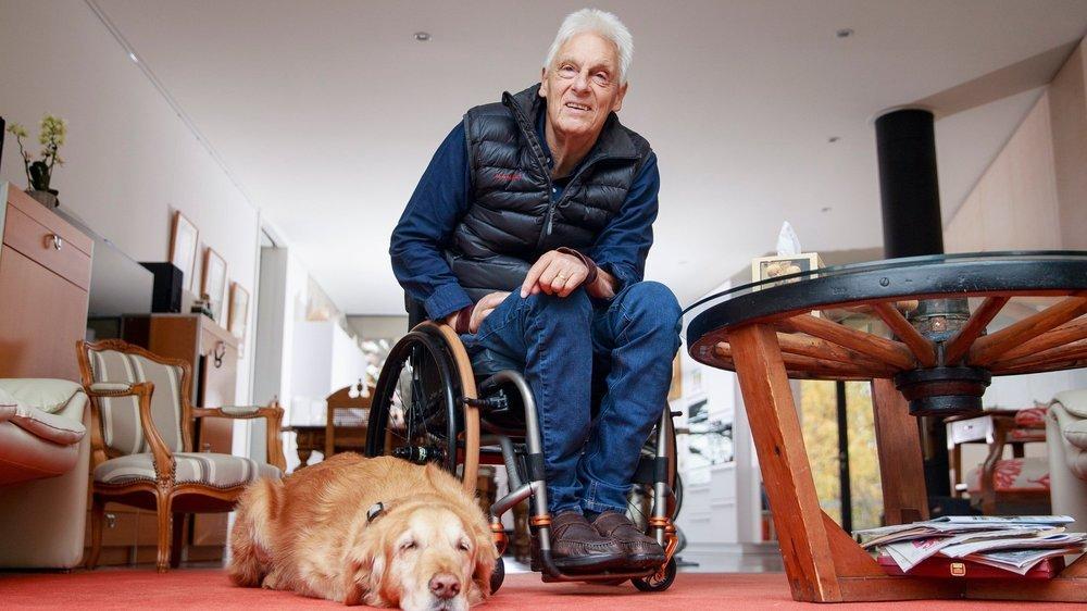 """En 43 de vie dans un fauteuil, Daniel Joggi (ici en compagnie de son chien d'assistance """"Inca"""") n'a jamais renoncé à son dynamisme et à son engagement pour """"normaliser"""" la vie de ses pairs paraplégiques."""