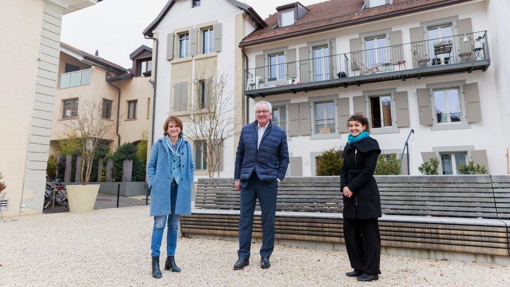 Dominique-Ella Christin, municipale, François Bryand, syndic, et Myriam Perret de Patrimoine suisse sur la place Broderie, symbole de la valorisation du village.