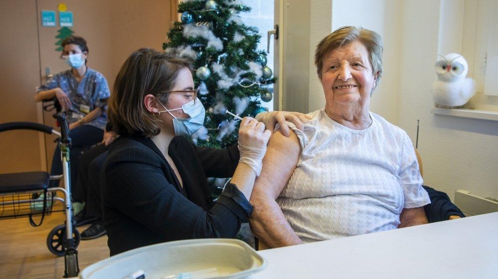 Comme ici dans un EMS fribourgeois, les résidents vaudois seront également vaccinés dans le canton de Vaud dès ce mercredi.