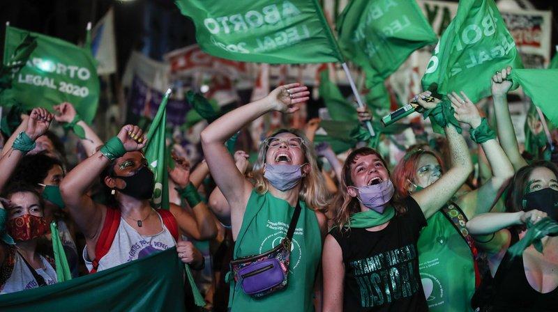 """Des milliers de partisans du """"oui"""" ont manifesté leur joie devant le Sénat à l'issue du vote."""