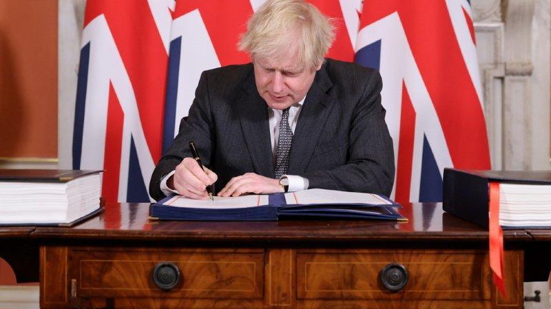 Le Premier ministre anglais Boris Johnson signe l'accord entérinant la sortie du Royaume-Uni de l'UE. Il veut voir une unité renouvelée après la période difficile que le Brexit a représenté.