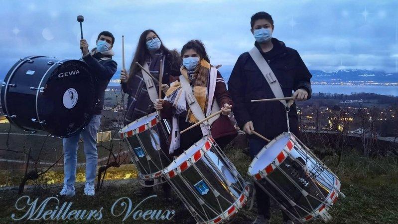 la Jeunesse tape du tambour habituellement du 29 décembre au 2 janvier. De g. à dr.: Maxime Guillemin, Elsa Bonnabry, Céline Morandi et Robin Bonnabry.