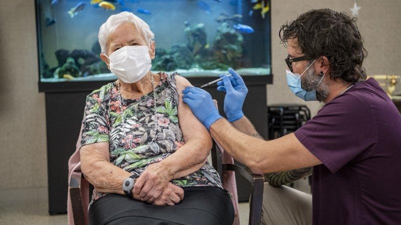 Cette dame âgée de 90 ans est la première personne vaccinée contre le Covid-19 en Suisse.