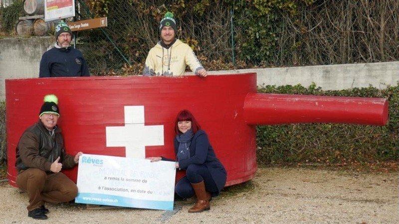 Les organisateurs du Mondial de fondue ont remis un chèque à Rêves Suisse, dans un caquelon comme il se doit: de g. à dr.: Serge Dentan, Michaël Duc, Stéphane Jayet et Léonore Janin Cancian.
