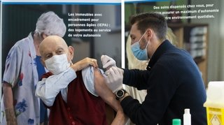 Le premier Genevois à être vacciné est un homme âgé de 80 ans