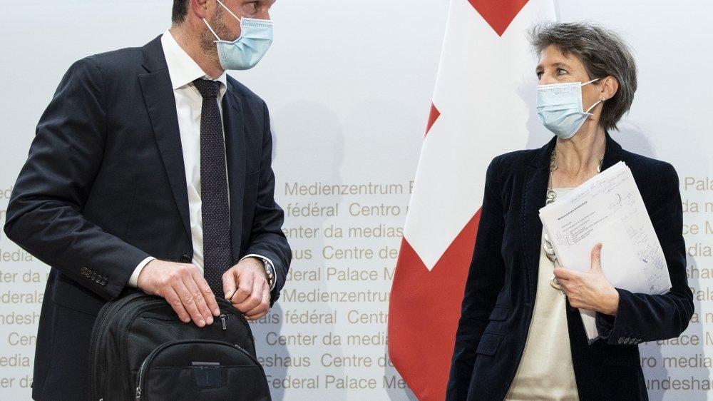 Benoît Revaz, directeur de l'Office fédéral de l'énergie, et Simonetta Sommaruga ont présenté hier à Berne la stratégie climatique à long terme  de la Suisse
